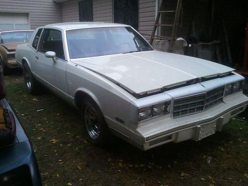 1984 CHEVROLET MONTE CARLO white leather  blue plush interior good hard top auto new tires  ri