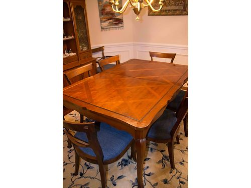 DINING ROOM SUITE Beautiful large solid wood table wlattice inlay on top 8 freshly re-upholstered