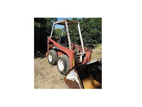 INTERNATIONAL model 3200 skid steer 70s 4Cyl Wisconsin Gas runs good needs fuel tank to be comple
