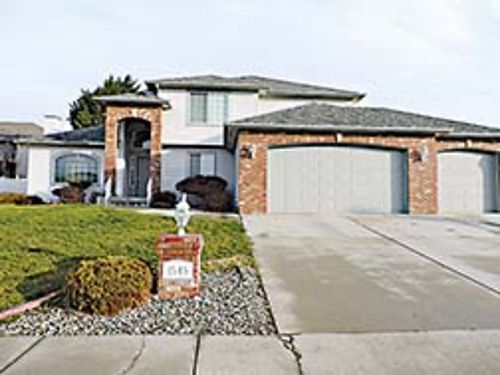 DESIRABLE LOCATION Spacious 5 bedroom 2 story home in East Wenatchee with 2 fireplaces family roo