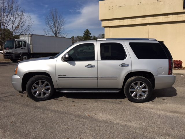 2010 GMC Yukon Denali 2010 GMC YUKON DENALI- LOADED LEATHER THIRD ROW SEAT- FULLY SERVICED AND R