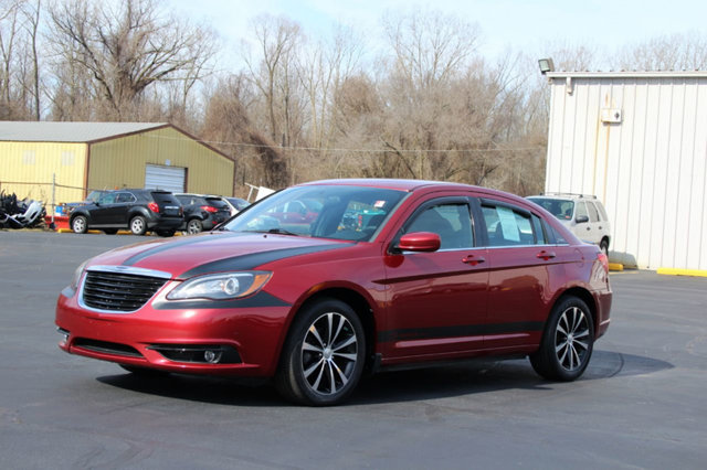 2013 CHRYSLER 200 4DR SEDAN TOURING KEY FEATURES AND OPTIONS Comes equipped with Air Conditioning