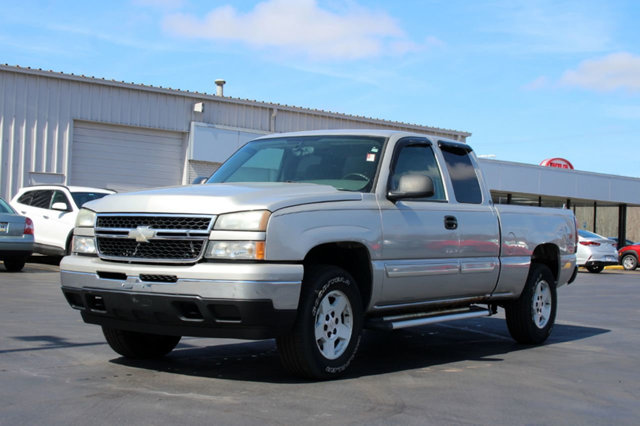 2006 CHEVROLET SILVERADO 1500  EXT CAB  4WD LT LOADED WITH VALUE Comes equipped with Air Conditi