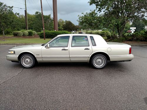 1997 LINCOLN TOWN CAR New Tires Road Ready Cold AC 2300obo 803-641-0620