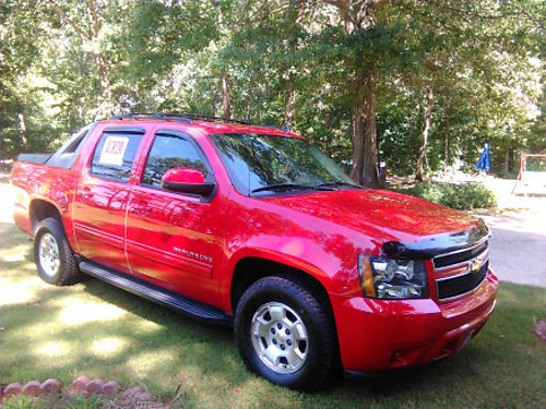 2011 CHEVY AVALANCHE 85k one owner garage kept electric seats backup camera new tires and batte