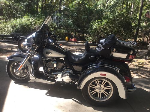 2013 HARLEY TRIKE 3100 miles black and grey metallic like new condition 3100 miles many extras t