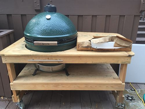 GRILL Big Green Egg extra large with custome roller cabinet with all accessories and 1 bag of 100