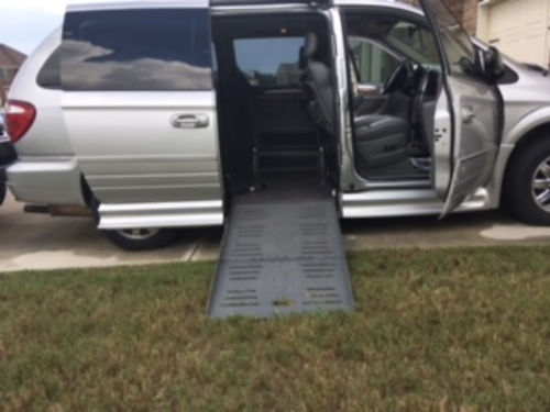 2005 CHRYSLER TOWN  COUNTRY modified by braun with automatic wheelchair access low miles auto sli