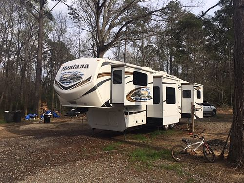 2013 MONTANA LUXURY 5th Wheel 385 long great condition king bed full kitchen  bath fireplace