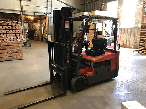 TOYOTA ELECTRIC FORKLIFT with charger 4000 lb capacity Low hours Side-shift 3 stage mast Exce