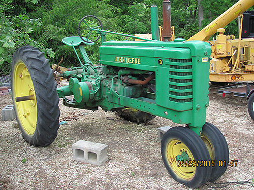 TRACTOR John Deer B 41 model runs good looks good barn kept know 2 previous owners done very