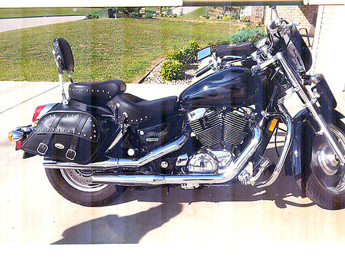 2004 HONDA SABRE 1100 less than 11K miles Mustang seat black wcharcoal flame leatherbags roadb