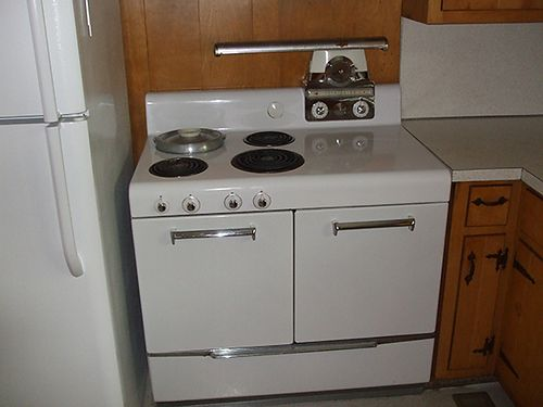 COOKSTOVE Vintage 1950s with built-in bean pot works good make offer 423-538-4195