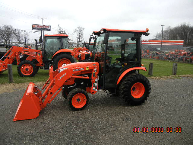 2014 KUBOTA B2650HDC cab tractor with loader and pallet forks 26 HP diesel 4WD ps hydro transmi