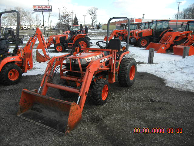 1998 KUBOTA B2100DT with loader 21 HP 3 cyc diesel 4WD power steering 48 loader bucket R4 ind
