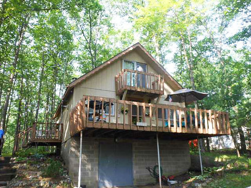 3232 LAKEVIEW  Charming Chalet vacation retreat walk to lake access Wooded lot for private backya
